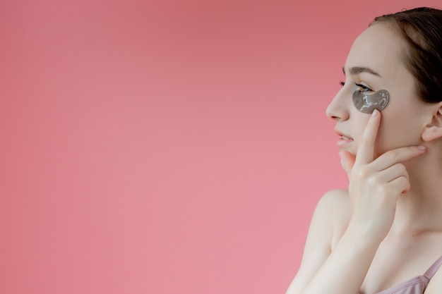 Head shot portret bliska uśmiechnięta młoda kobieta z pod okiem