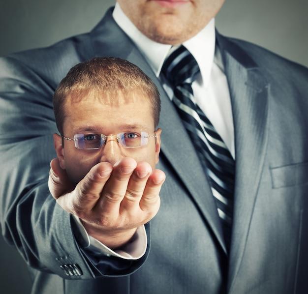 Headhunter pokazujący swój zdobycz w ręku