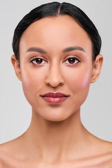 Headshot afro-amerykańskiej młodej kobiety z naturalnym makijażem