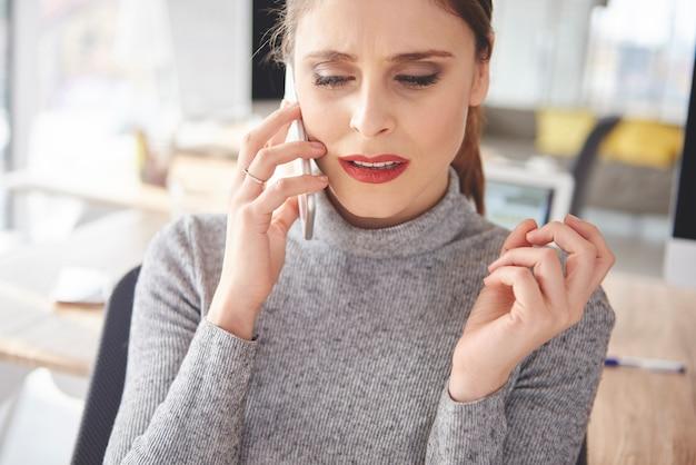 Headshot kobiety mającej problemy z klientem