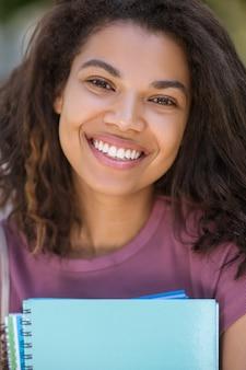 Headshot młodej uśmiechniętej ślicznej mulatty