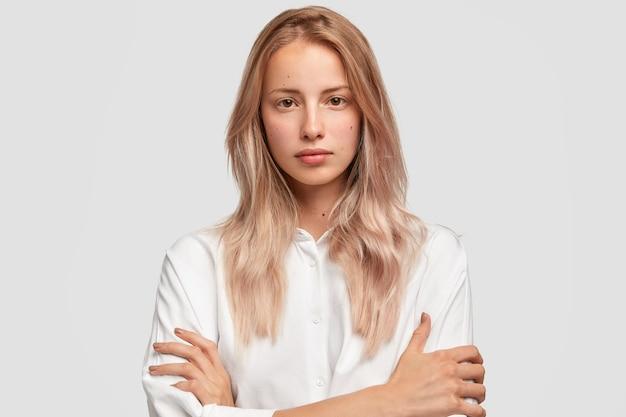 Headshot młodych kobiet rasy kaukaskiej z poważnym wyrazem twarzy