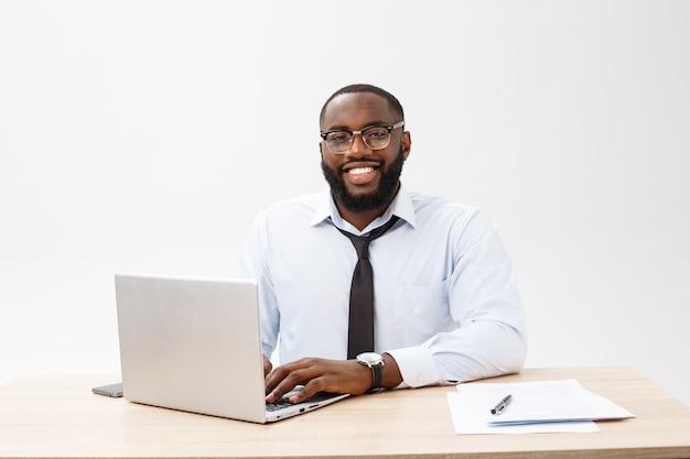 Headshot pomyślny uśmiechnięty rozochocony amerykanina afrykańskiego pochodzenia biznesmena wykonawczy elegancki firma lider