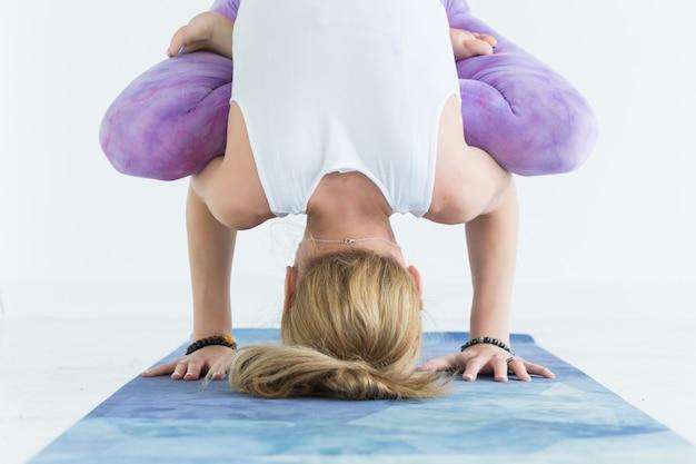 Headstand poza ćwiczy kobiety joga potomstwa