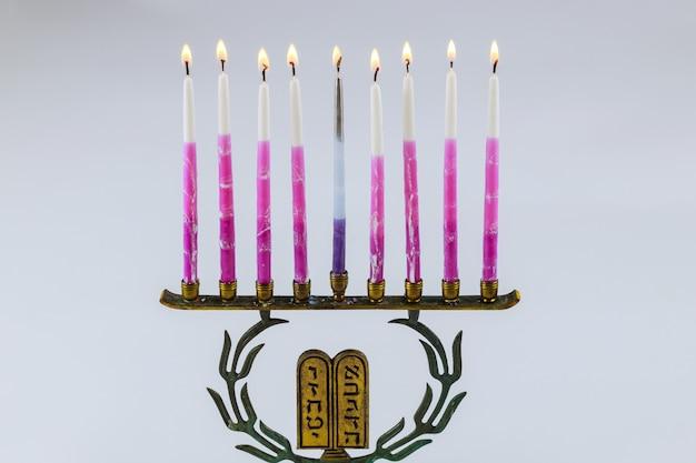 Hebrajska menora chanuki z płonącymi świecami jest tradycyjnym symbolem żydowskiego święta