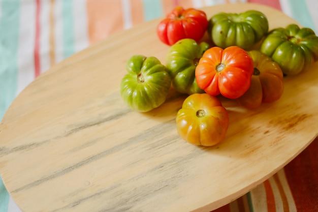 Heirloom pomidory na desce do krojenia