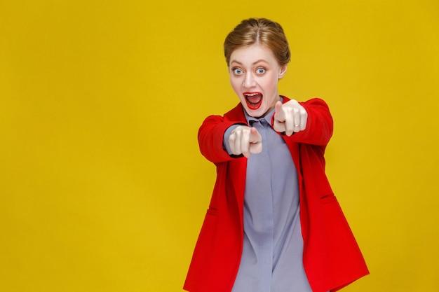 Hej, kaukaska kobieta biznesu, wskazując palcem na kamerę