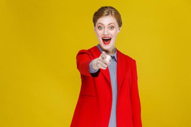 Hej ty szczęście biznesowa kobieta wskazując palcem na aparat