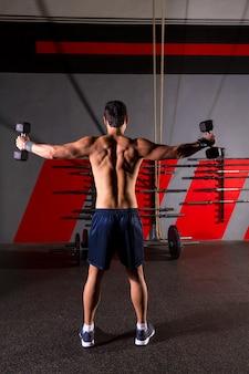 Heksan hantle człowiek treningu widok z tyłu na siłowni