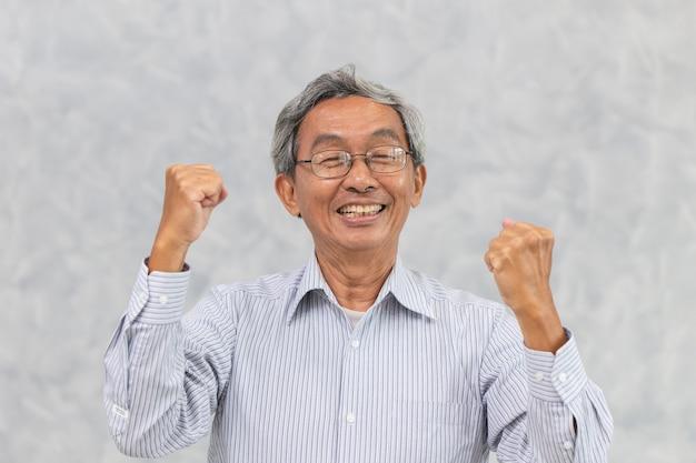 Helathy silny, szczęśliwy, szczęśliwy uśmiech chińskiego starszego azjata z wyleczoną chorobą koronawirusową.