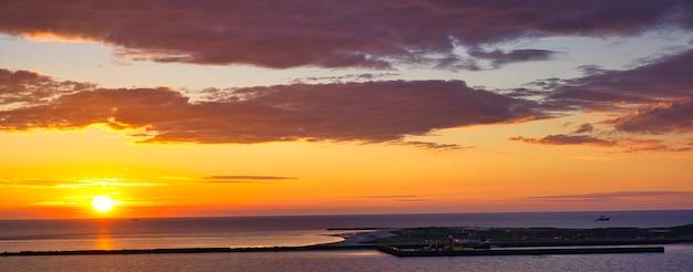 Helgoland - spojrzenie na wyspę wydmę - wschód słońca nad morzem