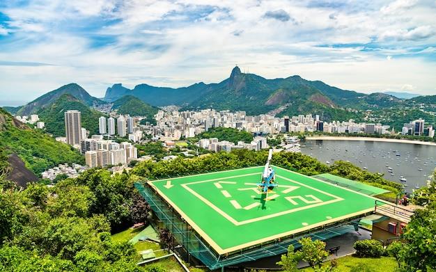 Helikopter na górze urca w rio de janeiro, brazylia