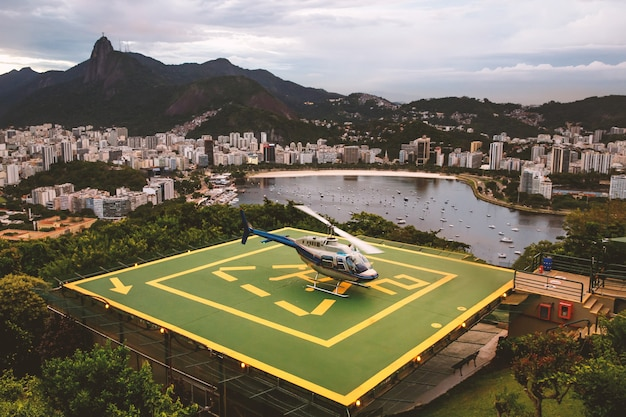 Helikopter na lądowisku dla helikopterów w rio de janeiro w brazylii
