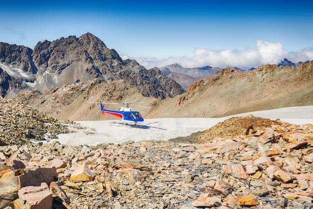 Helikopter sceniczny przelatuje nad pasmem alp południowych w parku narodowym mount cook w nowej zelandii