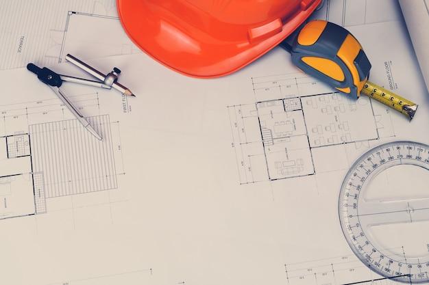 Hełm i narzędzie pomiarowe na projekt, koncepcja architektoniczna