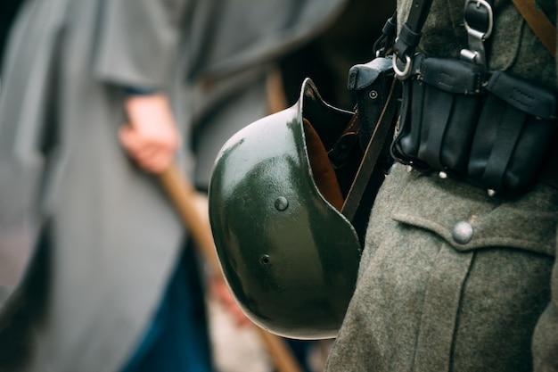 Hełm niemieckiego żołnierza o ciemnozielonym kolorze