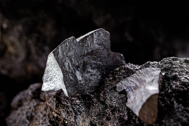 Hematyt na skalistej podstawie. brazylijski metal magnetyczny, największy producent hematytu, eksport metalicznych kamieni półszlachetnych
