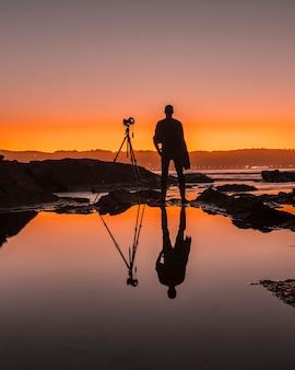 Hendaye, akwitania / francja »; 7 października 2019: fotograf odbity w wodzie na plażach hendaye