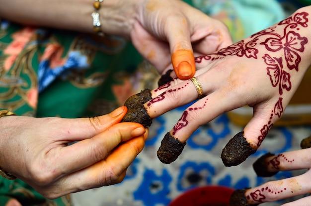 Henna nakładana na rękę