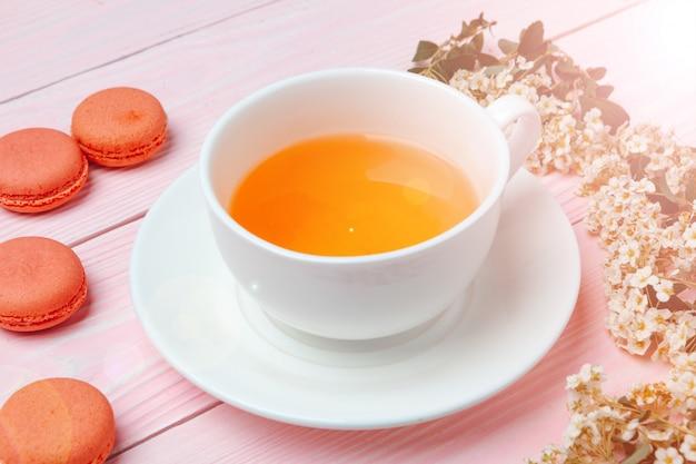 Herbaciana ceremonia. filiżanki z gorącą herbatą z bliska