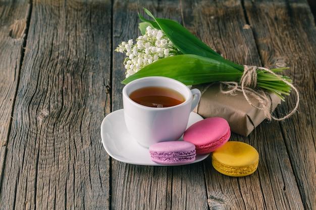 Herbaciana filiżanka z białego kwiatu dekoracją na drewnianym stole