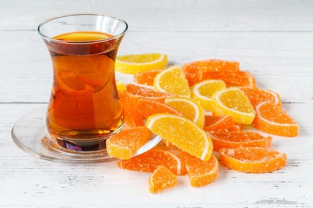 Herbaciana filiżanka z pomarańczową marmoladą na stole, śniadaniowy pojęcie