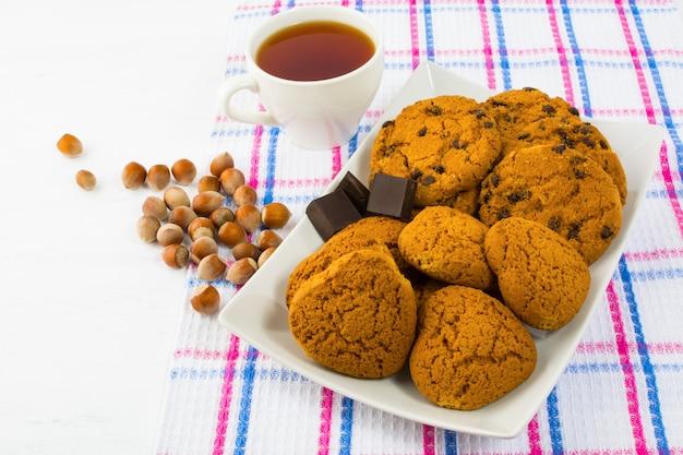 Herbata, ciastka i orzechy laskowe