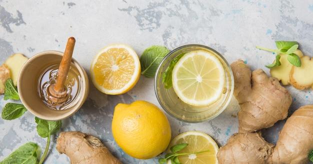 Herbata cytrynowa i imbirowa z miodem. zdrowe składniki na zimno.