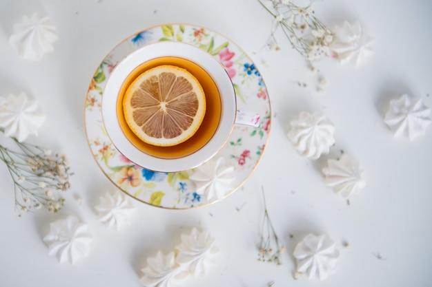 Herbata cytrynowa z bezą widok z góry