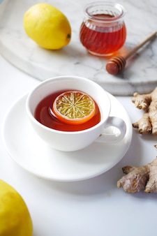 Herbata cytrynowa z miodem i imbirem na stole