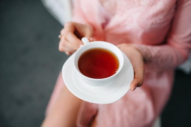 Herbata do picia czarnej herbaty z porcelanowymi filiżankami i czajniczkiem
