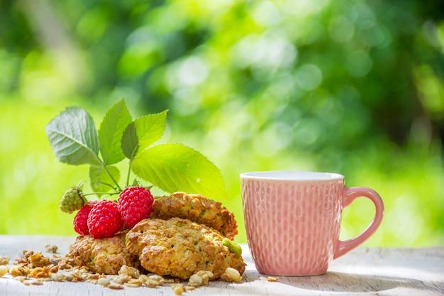 Herbata i domowe ciasteczka owsiane w ogrodzie