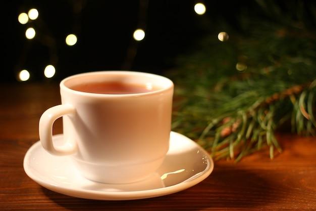 Herbata i lampki choinkowe