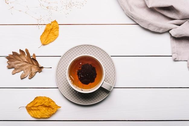Herbata i liście w pobliżu serwetka
