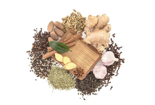 Herbata i przyprawy na białym tle