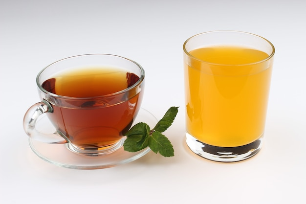 Herbata i sok na białym