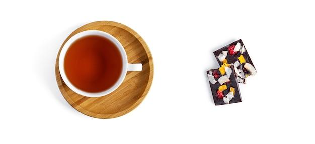 Herbata i surowa czekolada na białym tle