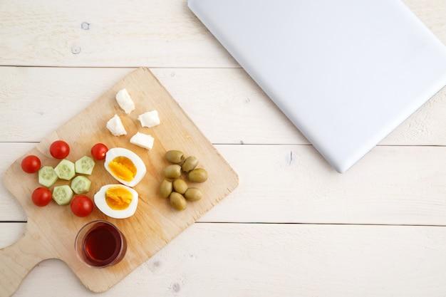 Herbata i tureckie, śródziemnomorskie śniadanie i zamknięty laptop