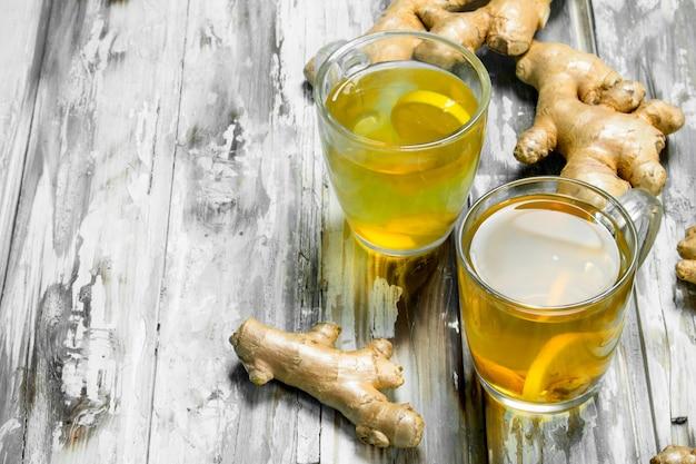 Herbata imbirowa i świeży imbir. na powierzchni drewnianej
