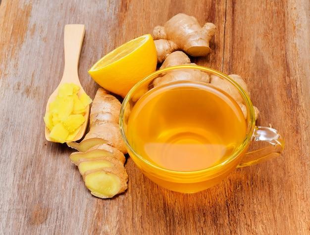 Herbata imbirowa na drewnianym stole