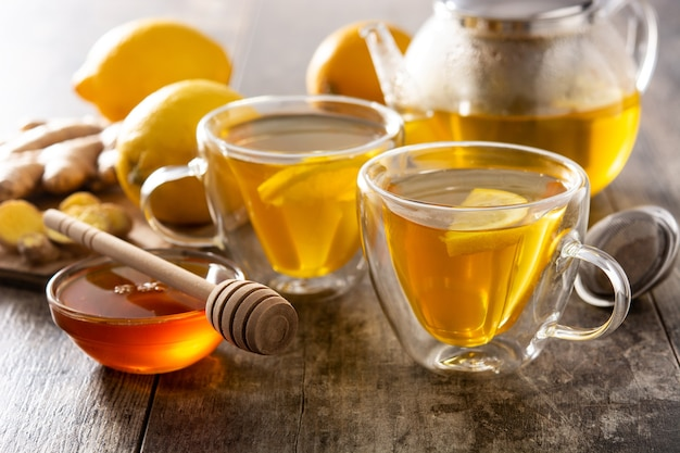 Herbata imbirowa z cytryną i miodem na drewnianym stole