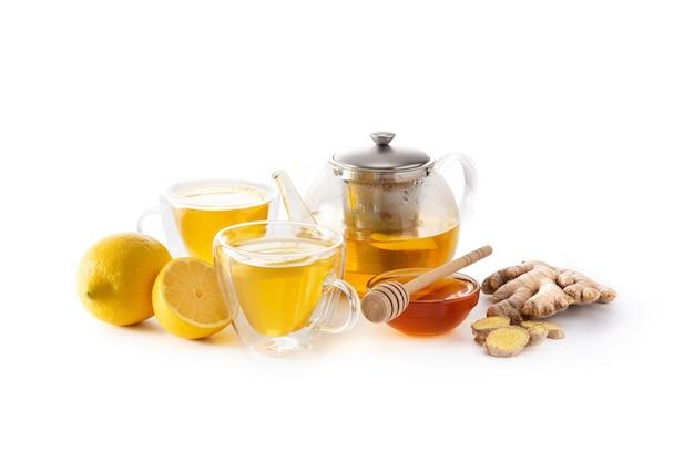 Herbata imbirowa z cytryną i miodem w szkła kryształowego na białym tle