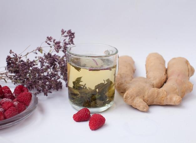 Herbata imbirowa z miętą i cytryną