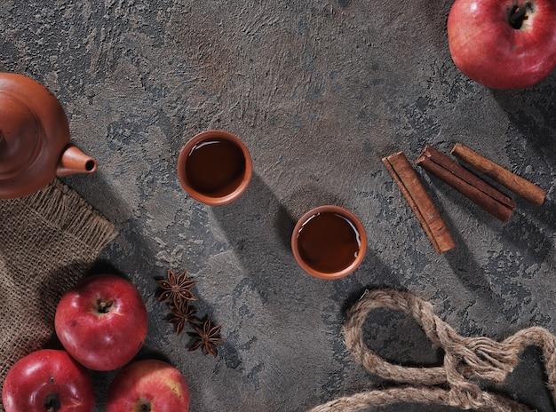 Herbata, jabłka i cynamon na widoku z góry stołu
