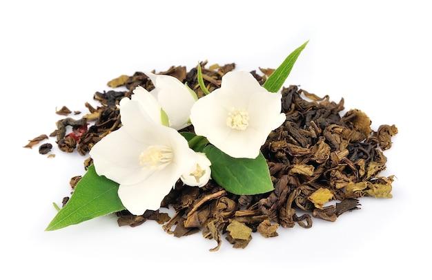 Herbata jaśminowa ze świeżymi kwiatami jaśminu