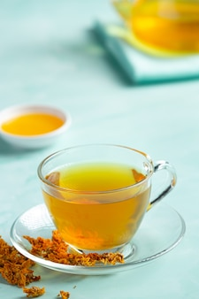 Herbata kwiat chryzantemy na stole