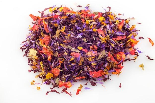 Herbata kwiatowa luzem na białym tle