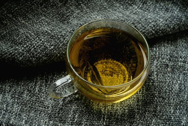 Herbata lemon verbena na szarym kocu. koncepcja przytulności. ścieśniać