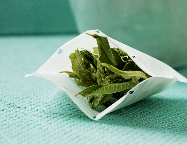 Herbata lemon verbena w ręcznie robionej torebce. ścieśniać
