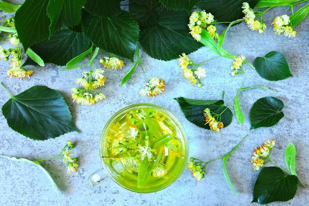 Herbata lipowa i lipowa. herbata ziołowa z lipy. detox ziołowa herbata. herbata ziołowa w szklanej filiżance